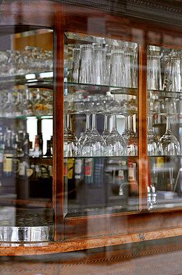 Vitrine einer Bar - p949m856263 von Frauke Schumann