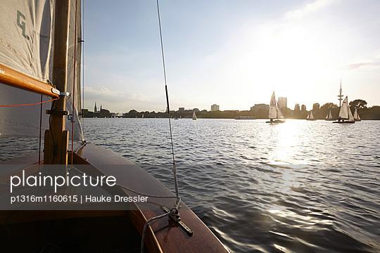 Segeln auf der Außenalster, Hamburg, Deutschland - p1316m1160615 von Hauke Dressler
