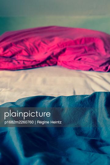 Unmade bed - p1682m2260760 by Régine Heintz