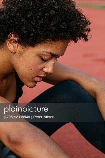 Weiblicher Teenager auf dem Sportplatz - p728m2038849 von Peter Nitsch