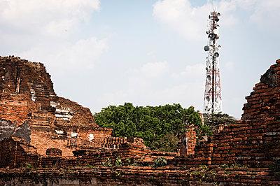 verfallene Mauer und Funkturm - p1273m1496185 von melanka