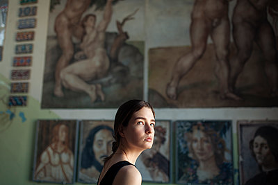 Young woman in the background paintings, portrait - p1646m2263457 by Slava Chistyakov