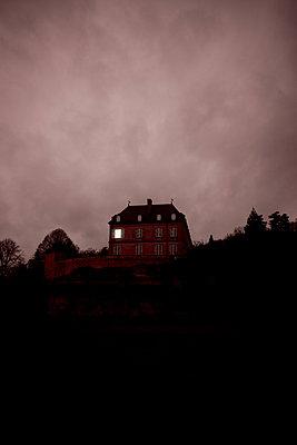 Schloß mit Beleuchtetem Fenster - p248m966684 von BY