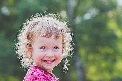 Portrait of happy toddler girl - p300m2120529 by Irina Heß