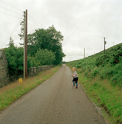 Boy running on country road - p388m701502 by Ulrike Leyens