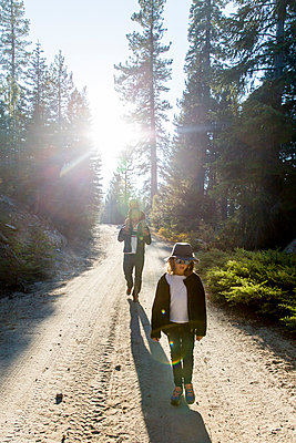 Father and two children going on a hike - p756m1496083 by Bénédicte Lassalle