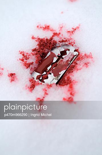 Blutige Rasierklinge - p470m966290 von Ingrid Michel