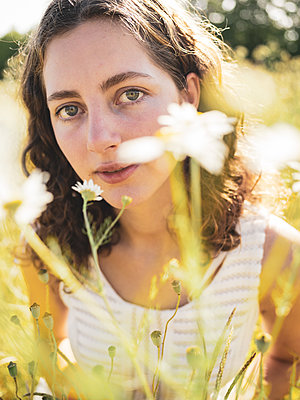 Teenage girl in summer in a flowering meadow - p1564m2294936 by wpsteinheisser