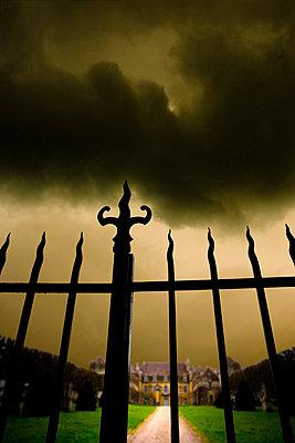 Zaun vor dem Schloss - p2480717 von BY