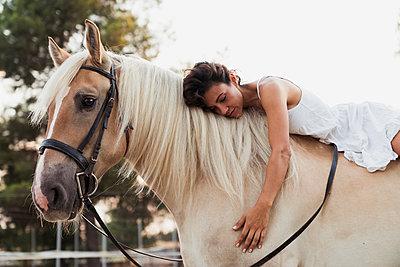 Woman relaxing on horseback - p300m2042178 by Kike Arnaiz