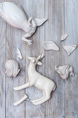 Broken porcelain figures - p971m1006856 by Reilika Landen