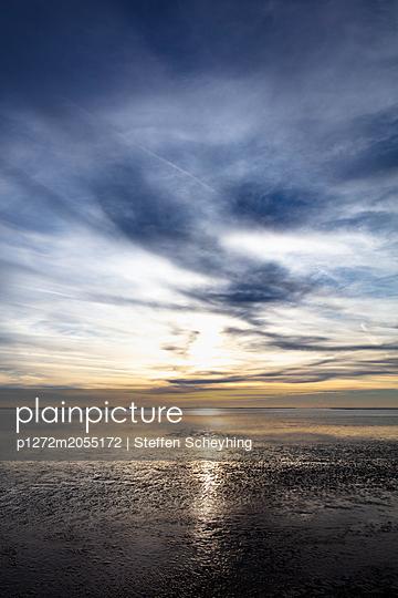Sonnenuntergang hinter Wattenmeer - p1272m2055172 von Steffen Scheyhing
