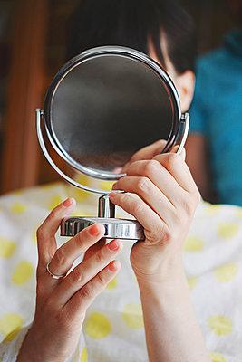 Hand mirror - p1167m1116183 by Maria Schiffer