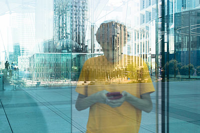 Teenager using smartphone at La Defense - p445m1452424 by Marie Docher