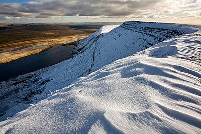 Fan Foel ridge overlooking Llyn-y-Fan, Black Mountain, Brecon Beacons, Powys, Wales - p651m2271118 by Guy Edwardes photography