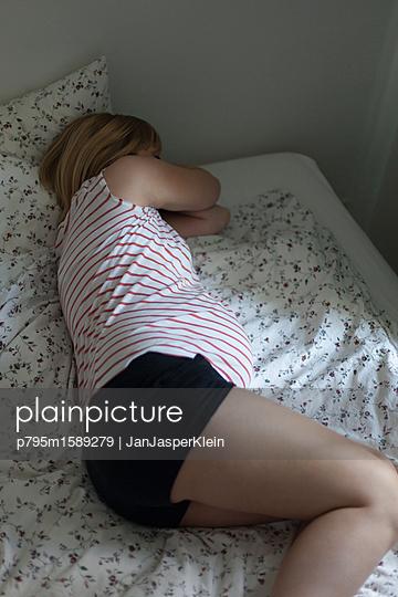 Schwangere macht ein Nickerchen - p795m1589279 von Janklein