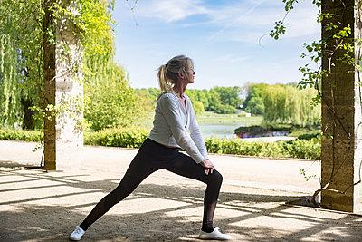 Frau beim Sport im Park - p1325m1445867 von Antje Solveig