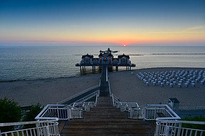 Germany, Mecklenburg-Western Pomerania, Ruegen, Sellin, view to sea bridge at sunset - p300m2058785 von Kontrastlicht