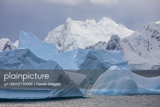 Icebergs and snowy mountains - p1166m2130906 by Cavan Images