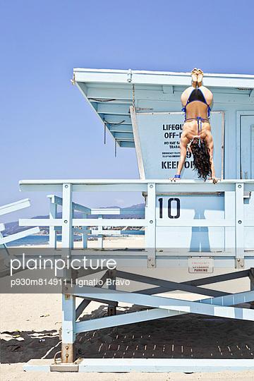 Dangerous handstand - p930m814911 by Phillip Gätz