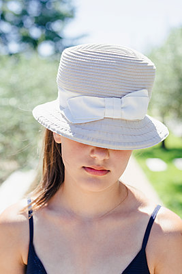 Girl with hat, portrait - p1621m2291772 by Anke Doerschlen