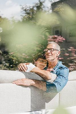 Reifes Paar entspannt auf dem Sofa - p586m1178456 von Kniel Synnatzschke