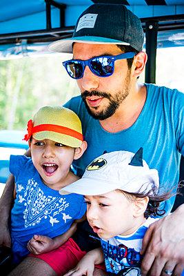 Vater im Urlaub mit Kindern, Portrait - p680m1515294 von Stella Mai