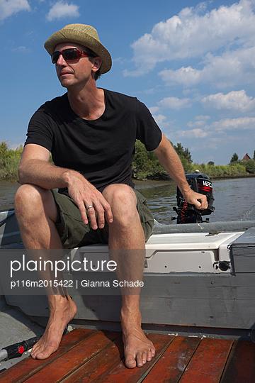 Mann im Boot auf der Elbe - p116m2015422 von Gianna Schade