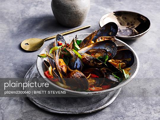 Hoi Ma Lang Phu O Bp - stir fried mussel with chili - p924m2300640 by BRETT STEVENS