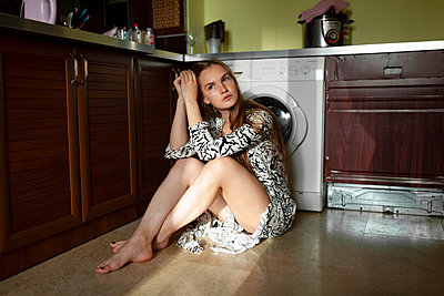 Young woman sitting in the kitchen - p1646m2237664 by Slava Chistyakov