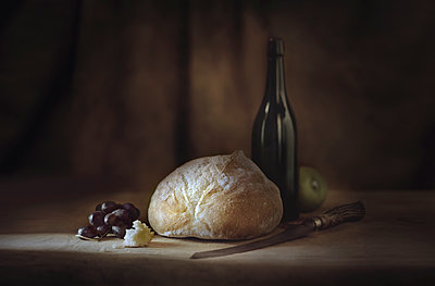 Bread, fruit, wine and cheese on table - p555m1454212 by Chris Clor