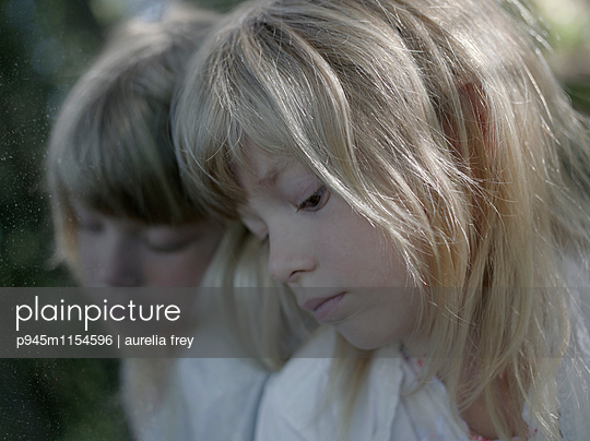 Spiegelbild eines blonden Mädchens - p945m1154596 von aurelia frey