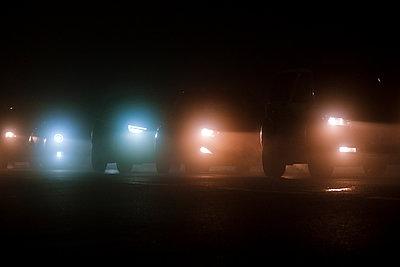 Autoscheinwerfer bei Nacht - p1057m2229248 von Stephen Shepherd