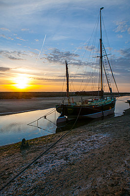 Sailing ship - p1057m925313 by Stephen Shepherd