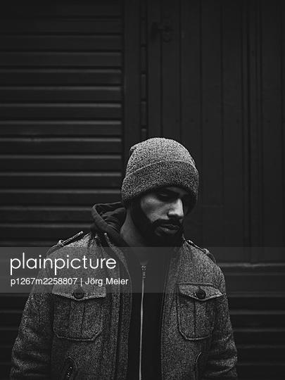 Man with full beard in winter clothing - p1267m2258807 by Jörg Meier