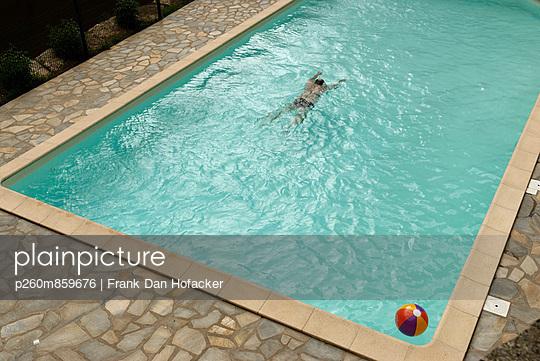 Man in a swimming pool - p260m859676 by Frank Dan Hofacker