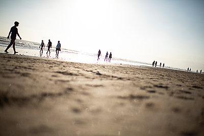 Beach walk - p1007m2099059 by Tilby Vattard