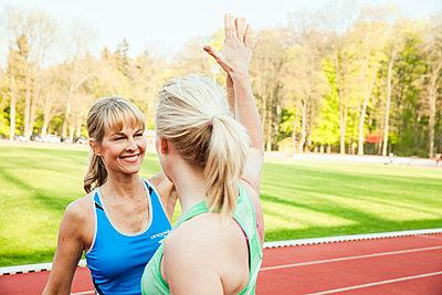 Sportive woman - p904m1031351 by Stefanie Päffgen