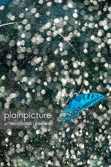 Plastikschmetterling - p739m1152836 von Baertels