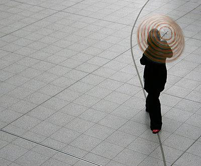 Frau mit Regenschirm - p4710018 von CLMasur