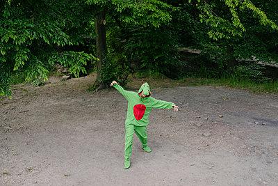 Person im grünen Kostüm albert herum - p586m1055886 von Kniel Synnatzschke