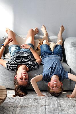 Toben auf dem Sofa - p981m1481383 von Franke + Mans