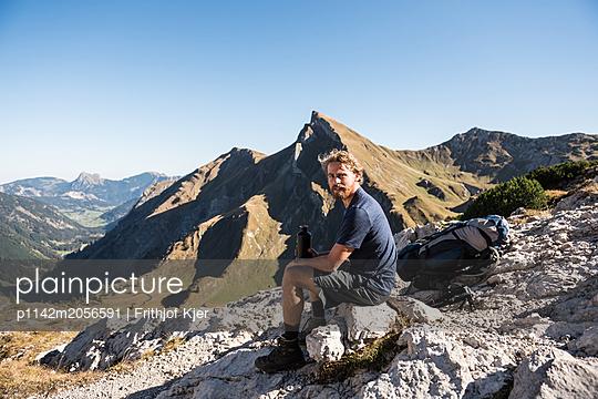 Junger Wanderer macht Pause - p1142m2056591 von Runar Lind