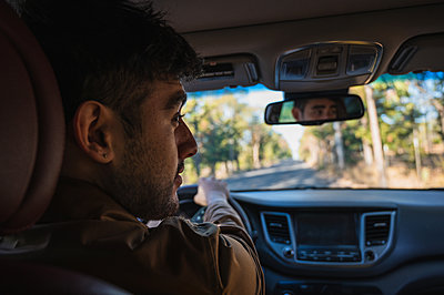 Handsome girl and man travelling together on a road trip while driving - p1166m2234929 by Cavan Images