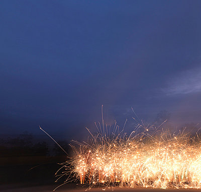 Fireworks exploding at night - p429m727196 by JLPH