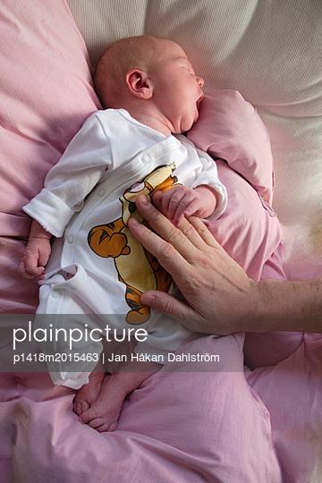 Neugeborenes Baby hält die Hand des Vaters - p1418m2015463 von Jan Håkan Dahlström