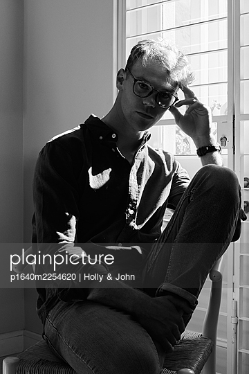 Pensive man with glasses, portrait - p1640m2254620 by Holly & John