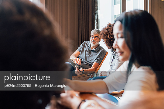 Italy, Business people having meeting in creative studio - p924m2300758 by Eugenio Marongiu