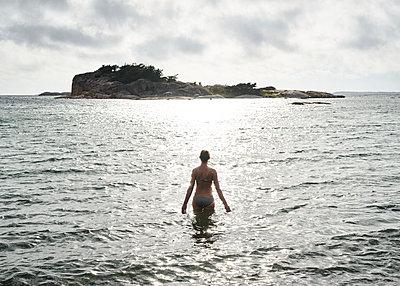 Frau geht ins Wasser - p1124m1165579 von Willing-Holtz
