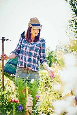 Frau im Garten - p1312m1176976 von Axel Killian